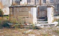 Villa del barone Pastore in c.da Fico, cortile interno: artistica cisterna.  - Alcamo (4346 clic)