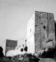 Castello di Calatubo (10/08/1968): le torri a guardia dell'entrata.  - Alcamo (4425 clic)