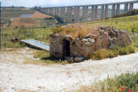 L'acqua di Calatubo, Cuba delle rose, fontana risalente al periodo arabo, e il viadotto dell'A29: l'antico e il nuovo per un paesaggio straordinario.  - Alcamo (5974 clic)