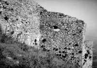 Castello Ventimiglia sul monte Bonifato: tratto delle mura occidentali e la torre di sud-ovest (agosto 1966).  - Alcamo (4166 clic)