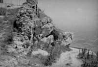 Vetta del monte Bonifato: tratto finale della strada di accesso al castello Ventimiglia con i resti delle mura orientali (agosto 1966).  - Alcamo (3483 clic)