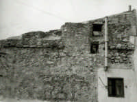 Tratto delle mura medievali non più esistente, di fronte alla chiesetta Madonna della Catena (1967)  - Alcamo (4577 clic)
