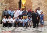 Grande rimpatriata Dopo 52 anni i ragazzi del maestro Giliberti si rincontrano alle 19 del 28 agosto 2009, presso il castello dei Conti di Modica ad Alcamo. Da sinistra: Rocca, Lanzarone, Baglio, Mirto, Galanti, Bianco, Messana, Segesta, Pampinella, Labita, Adragna, Vaccaro, Giliberti; seduti: Genovese, Vesco, Artale, Scurto, Mirabile, Ruvolo, Milazzo.  - Alcamo (8885 clic)