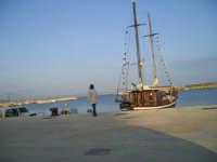 Veliero, Porto Palo di Menfi.DA NON PERDERE!! L'estate danno anche la possibilità d fare un'escursione con il veliero.  - Menfi (8807 clic)