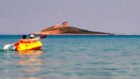 Due canoisti si diriggono verso l'isolotto...  - Isola delle femmine (11851 clic)