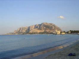 Montepellegrino visto dalla spiaggia di Mondello  - Palermo (5487 clic)