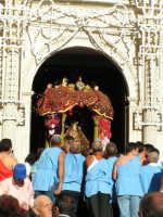 Festa di Maria SS. dei Miracoli e del SS. Crocifisso, protettori di Caltabellotta: Particolare della nisciuta della vara della Madonna dalla chiesa di Sant'Agostino  - Caltabellotta (1605 clic)