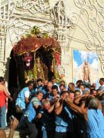 Festa di Maria SS. dei Miracoli e del SS. Crocifisso, protettori di Caltabellotta: Particolare della nisciuta della vara della Madonna dalla chiesa di Sant'Agostino  - Caltabellotta (2020 clic)