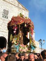 Festa di Maria SS. dei Miracoli e del SS. Crocifisso, protettori di Caltabellotta: Particolare della nisciuta della vara della Madonna dalla chiesa di Sant'Agostino  - Caltabellotta (2336 clic)
