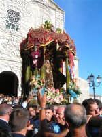 Festa di Maria SS. dei Miracoli e del SS. Crocifisso, protettori di Caltabellotta: Particolare della nisciuta della vara della Madonna dalla chiesa di Sant'Agostino  - Caltabellotta (1994 clic)