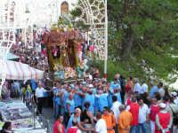 Festa di Maria SS. dei Miracoli e del SS. Crocifisso, protettori di Caltabellotta: Il viale Impero durante la processione  - Caltabellotta (1445 clic)