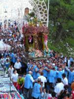 Festa di Maria SS. dei Miracoli e del SS. Crocifisso, protettori di Caltabellotta: Il viale Impero durante la processione  - Caltabellotta (1292 clic)
