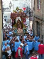 Festa di Maria SS. dei Miracoli e del SS. Crocifisso, protettori di Caltabellotta: Il simulacro appena superata la piazza Umberto I  - Caltabellotta (1604 clic)