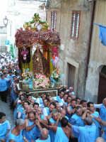 Festa di Maria SS. dei Miracoli e del SS. Crocifisso, protettori di Caltabellotta: Il simulacro appena superata la piazza Umberto I  - Caltabellotta (1462 clic)