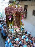 Festa di Maria SS. dei Miracoli e del SS. Crocifisso, protettori di Caltabellotta: il simulacro inizia l'ascesa verso il piazzale Lauria  - Caltabellotta (1293 clic)
