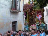 Festa di Maria SS. dei Miracoli e del SS. Crocifisso, protettori di Caltabellotta: il simulacro inizia l'ascesa verso il piazzale Lauria  - Caltabellotta (1691 clic)