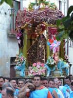 Festa di Maria SS. dei Miracoli e del SS. Crocifisso, protettori di Caltabellotta: il simulacro inizia l'ascesa verso il piazzale Lauria  - Caltabellotta (1398 clic)