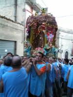 Festa di Maria SS. dei Miracoli e del SS. Crocifisso, protettori di Caltabellotta: il simulacro inizia l'ascesa verso il piazzale Lauria  - Caltabellotta (1284 clic)