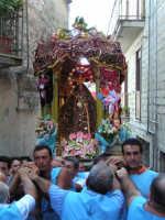 Festa di Maria SS. dei Miracoli e del SS. Crocifisso, protettori di Caltabellotta: il simulacro inizia l'ascesa verso il piazzale Lauria  - Caltabellotta (1324 clic)