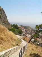 Vista dalla scalinata sotto la rupe Gogala a Caltabellotta  - Caltabellotta (1318 clic)