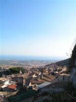 Vista di Caltabellotta dal Castello. Sullo Sfondo il Mar Mediterraneo  - Caltabellotta (1495 clic)