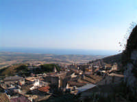 Vista di Caltabellotta dal Castello. Sullo Sfondo il Mar Mediterraneo  - Caltabellotta (1462 clic)