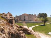 Caltabellotta: Il piazzale Ruggero di Lauria e la Cattedrale di Caltabellotta immersi nel verde  - Caltabellotta (2359 clic)