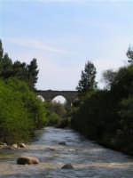 Fiume Sosio, sullo sfondo ex ponte ferroviario della vecchia linea Burgio - Palermo  - San carlo di chiusa sclafani (2855 clic)