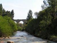 Fiume Sosio, sullo sfondo ex ponte ferroviario della vecchia linea Burgio - Palermo  - San carlo di chiusa sclafani (5580 clic)
