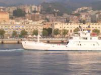 Un traghetto della linea privata Caronte per il trasporto dei mezzi su gomma e passeggeri e sullo sfondo la città di Messina.   - Messina (7749 clic)