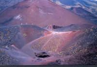 Innumrevoli crateri minori si susseguono alle pendici dell'Etna.  - Etna (4467 clic)