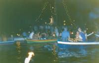 Qui raffigurata la festa del Patrono di Ganzirri! Nelle acque tranquille del lago viene trasportata la statua di San Nicola su una speciale feluca adattata all'uopo per questa manifestazione. le barche dei fedeli seguono il barcone fino al suo arrivo in chiesa.  - Ganzirri (9802 clic)