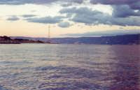 Capo Peloro: incontro di due correnti nell'azzurro mare e nella bianca sabbia che lo accoglie troviamo traccie di vita, vecchie barche e reti di pesca ad asciugare al sole......  - Torre faro (8151 clic)