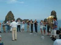 Concerto (in esecuzione) spontaneo in piazza bambini del mondo  - Aci trezza (2772 clic)