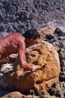 Gerry mentre scolpisce sulla spiaggia un viso di donna nell'agosto 2005  - San giorgio di sciacca (2365 clic)