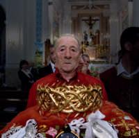 La corona d'oro massicio del Gesù Nazareno viene portata in processione.  - San giovanni gemini (4037 clic)