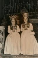 Festa Ranni1958 le bambine che impersonano S.Agata e Santa Caterina d'Alessandria in Chiesa Madre  - Alì (3465 clic)