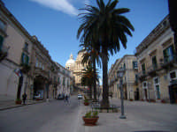 vista da lontano della Piazza sulla sinistra Palazzo Arezzi. Visitatela questa città è veramente Bella  - Ragusa (1887 clic)