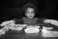 Presepe vivente, bambino che offre u pani cunzatu  - Sutera (4576 clic)