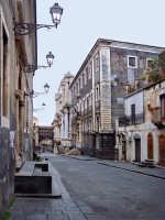 La via Crociferi prende il nome dalla chiesa di S. Camillo dei Padri Crociferi che si trova proprio alla fine della strada. E' una via di straordinaria forza suggestiva, ricca di chiese, chiusa dal portale d'ingresso di villa Cerami (oggi facoltý di Giurisprudenza). Fu ricavata a metý altezza del pendio collinare sul quale poggiano anche il Teatro e l'Odeon romani e aveva lo scopo di collegare la Porta del Re (sopra piazza Stesicoro) con il piano di S. Filippo (la piazza Mazzini).  - Catania (7025 clic)