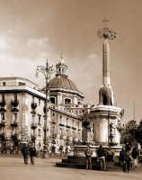 Piazza Duomo,l'elefante,ed in profondidtý la cupola della Badýa si S.Agata Versione sepia  - Catania (2097 clic)