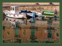 Barche e riflessi a Ortigia nel porto di Siracusa  - Siracusa (3084 clic)