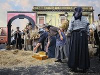 a pisatura Dimostrazione e scenografia del gruppo folkroristico la spiga di Raddusa dell'antica raccolta del grano  - Nicolosi (3089 clic)