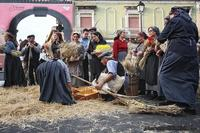 a pisatura Dimostrazione e scenografia del gruppo folkroristico la spiga di Raddusa, sull'antica raccolta del grano  - Nicolosi (3176 clic)