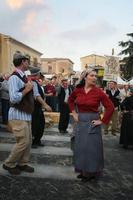 a pisatura Dimostrazione e scenografia del gruppo folk la spiga di Raddusa, sull'antica raccolta del grano  - Nicolosi (3788 clic)