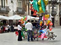 Piazza Duomo.Venditore di palloncini  - Siracusa (3226 clic)