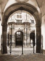 Piazza Duomo.Androne di un vecchio palazzo  - Siracusa (1503 clic)