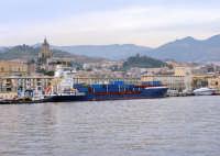 Collissione nello stretto di Messina.Panoramica del porto di Messina.Sullo sfondo si notano le due imbarcazione che sono entrate in collisione.A destra ,in bianco c'è aliscafo FS,Segesta Jet,ripresa dal lato opposto all'incidente.A sinistra,a centro dell'immagine,in blue c'è la nave portacontainer che l'ha tamponata.  - Messina (3760 clic)