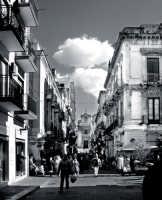 Via Pacini.Nello sfondo la chiesa del Carmelo con il mercato della fera 'o luni  - Catania (2539 clic)