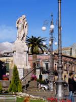 Piazza principale e monumento ai caduti  - Pedara (9440 clic)